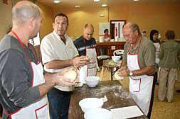 Un grupo de hombres en un taller de cocina