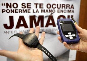 Una de las pulseras que sirven para controlar los movimientos de un maltratador. :: EFE